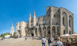 Archiecture папского дворца в Авиньоне стоковые фотографии rf