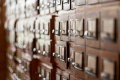 Archiefkasten in de bibliotheek Stock Afbeelding