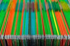Archiefkasten met dossiers van verscheidene kleuren worden gevuld die Abstracte achtergrond kleurrijke hangende dossieromslagen i Stock Foto's