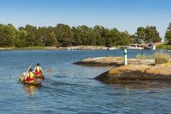 Archipel de tourisme Suède de Stockholm de deux kayakers images stock
