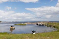 Archipel suédois et un petit port avec des bateaux et une préparation d'homme Images stock