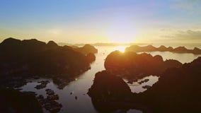 Archipiélago asombroso de la isla de la visión aérea en bahía del océano en la salida del sol metrajes