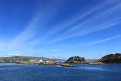 Archipiélago de Goteburgo, Suecia, mar, pequeña casa en una isla, naturaleza, cielo azul, día hermoso, primavera, Escandinavia Foto de archivo libre de regalías