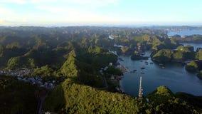 Archipiélago de la isla de la visión aérea con la ciudad contra la tarde Sun almacen de video