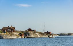 Archipiélago externo pesquero viejo rojo de Estocolmo de las vertientes fotos de archivo