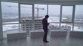 Architect bij mobiel het werkgebruik stock footage