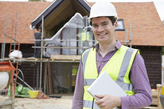 Architect On Building Site die Digitale Tablet gebruiken royalty-vrije stock foto