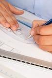 Architect die aan architecturale plannen werkt Stock Afbeelding