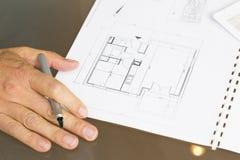 Architect die aan bouwplan werken Stock Foto