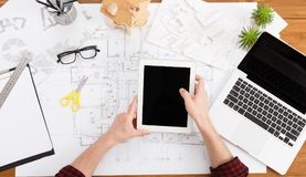 Architect die architecturaal project op tablet trekken Royalty-vrije Stock Afbeeldingen