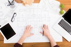 Architect die architecturale project hoogste mening trekken Stock Afbeeldingen