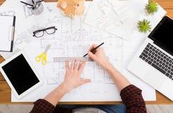 Architect die architecturale project hoogste mening trekken Stock Foto's