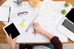 Architect die architecturale project hoogste mening trekken Royalty-vrije Stock Foto's