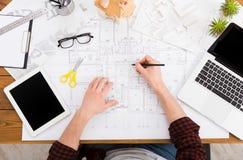 Architect die architecturale project hoogste mening trekken Stock Afbeelding