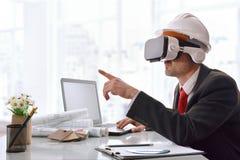 Architect die 3d inhoud in virtuele werkelijkheidsglazen visualiseren in o Stock Afbeeldingen