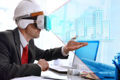 Architect die 3d vertegenwoordiging met virtuele werkelijkheidsgla visualiseren Royalty-vrije Stock Foto