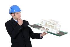 Architect die de bouw bekijkt Stock Foto