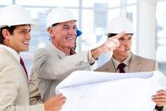 Architect die het project verklaart aan het team stock fotografie