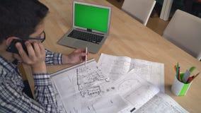 Architect die met cliënt op de mobiele telefoon spreken stock video