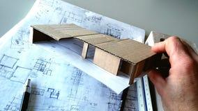 Architect die met modellen werken stock afbeeldingen