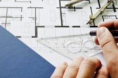 Architect die op blauwdruk trekt royalty-vrije stock afbeelding