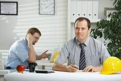 Architect die op kantoor werkt Stock Foto