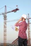 Architect die in openlucht aan een bouwwerf werkt Stock Foto's