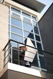 Architect die plan over een bureaugebouw kijken Stock Foto's
