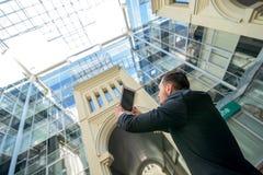 Architect die uw project fotograferen Succesvolle zakenman binnen Stock Fotografie