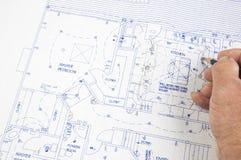 Architect die veranderingen in plannen aanbrengt Stock Foto's