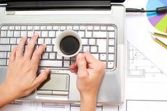 Architect die in zijn bureau werken Stock Foto