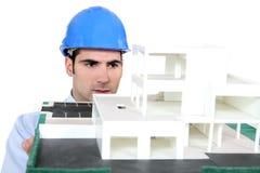 Architect die zijn de bouwmodel houdt Royalty-vrije Stock Foto