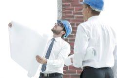 Architect en bouwvoorman om het project te bespreken stock foto's