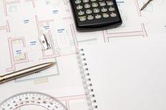 Architect& x27 ; espace de travail de s avec le plan et le crayon, calculatrice, règle, Image stock
