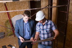 Architect and Foreman Inspecting Building Plans Royalty Free Stock Photos