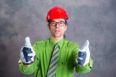 Architect in groen overhemd met rode omhoog helm en duim stock foto