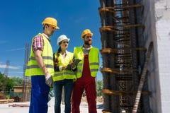 Architect het controleren het werk aangaande de bouwwerf van een gebouw stock afbeeldingen