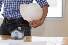 architect of ingenieursmens met de witte helm van de bouwveiligheid Royalty-vrije Stock Afbeeldingen