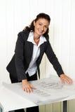 Architect met blauwdruk in het bureau. Stock Foto's