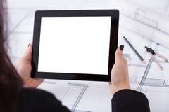 Architect met digitale tablet en blauwdruk Royalty-vrije Stock Fotografie