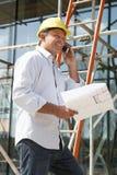 Architect met Plannen buiten Nieuw Huis Royalty-vrije Stock Foto's