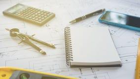 Architect of ontwerper die aan tekeningen voor bouw werken Royalty-vrije Stock Afbeelding