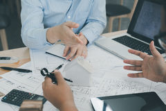 Architect of ontwerper die aan tekeningen voor bouw werken Stock Afbeeldingen