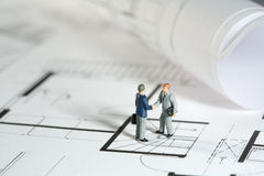 Architect and property owner shaking hands Royalty Free Stock Photos