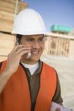 Architect Using Cell Phone bij Plaats Stock Afbeelding