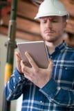 Architect Vernieuwd Inside House Being Gebruikend Digitale Tablet stock afbeelding