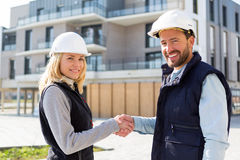 Architect and worker handshaking on construction site Royalty Free Stock Images