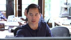 Architect Working At Desk met Vergadering op Achtergrond stock footage