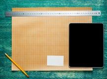 Architect worplace op uitstekende houten bureaulijst De achtergrond van de bouw Techniekhulpmiddelen met tabletpc Hoogste mening royalty-vrije stock fotografie