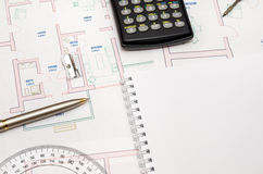 Architect& x27 χώρος εργασίας του s με το σχέδιο και το μολύβι, υπολογιστής, κυβερνήτης, Στοκ Εικόνα
